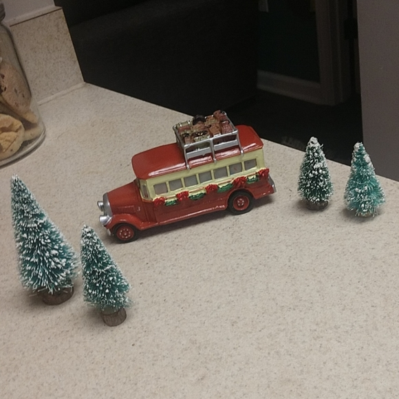 NIB HOLIDAY DECOR VW BUS WITH TREE Christmas Stocking Holders Hangers NEW